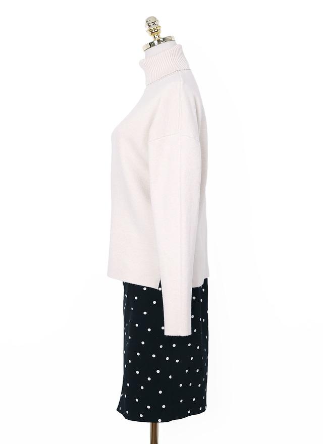 柔美米白高領上衣