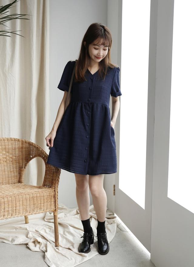 D0671雅致壓紋排釦洋裝(特惠)